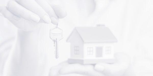руки макет дома ключи