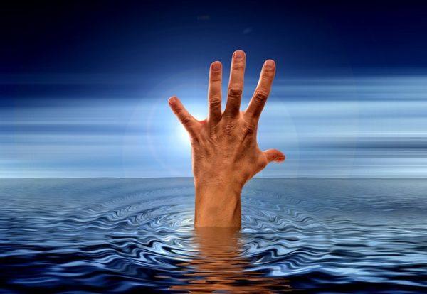 рука в море