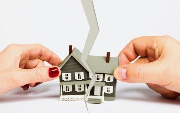 макет дома руки мужчины и женщины бумажный лист