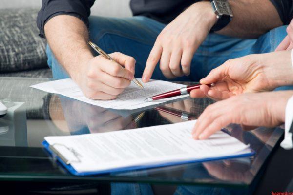 руки человека листы бумаги пишущая ручка