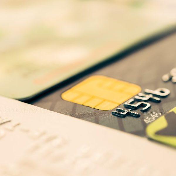 банковская карта на столе
