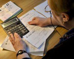 пожилая женщина калькулятор платежные квитанции