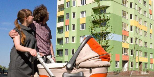новостройка мужчина женщина и детская коляска
