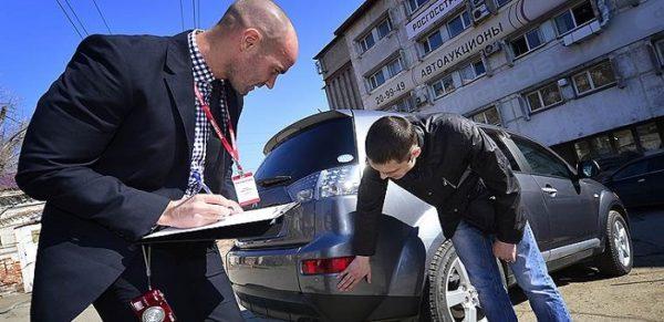 два мужчины автомобиль страховка авария