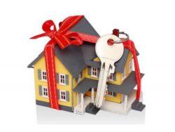 макет дома, перевязанный бантом и ключ