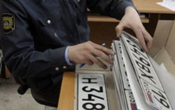 мужчина в форме с автомобильными номерами