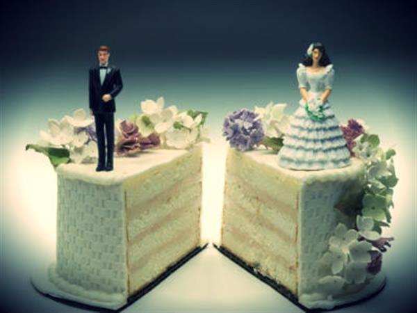 изображены два куска торта свадебного с женихом и невестой