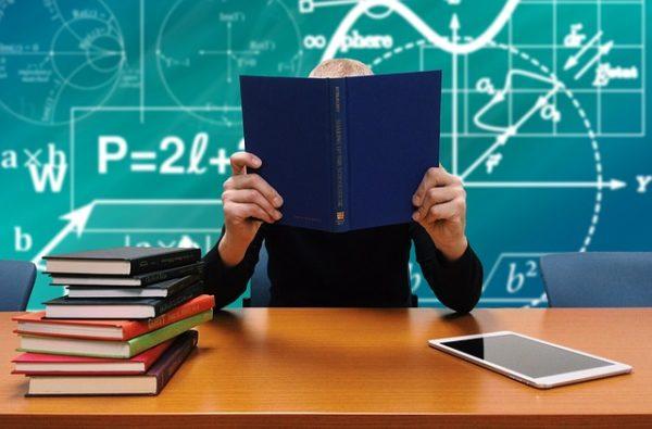 зеленая школьная доска учитель книги