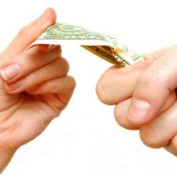 женская и мужская рука с денежной купюрой