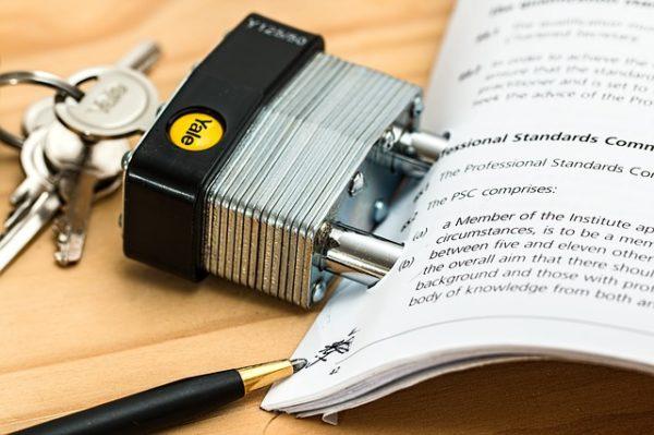 листы бумаги зажим ручка ключи