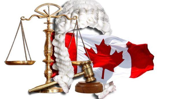 парик адвоката флаг Канады молоток судьи весы Фемиды