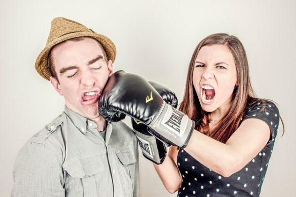 женщина в боксёрской перчатке бюет мужчину