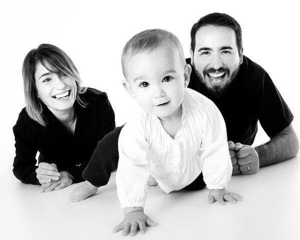 молодые мужчина женщина и маленький ребёнок