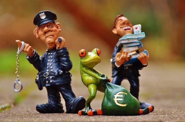 полицейский, лягушка, мешок с долларами, полицейский с книгами