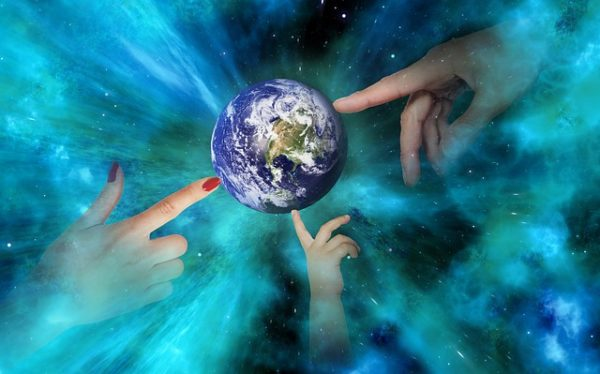 земной шар руки мужчины женщины ребенка