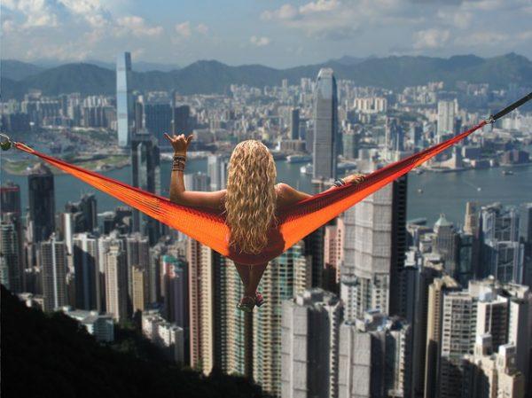 риск женщины полет над городом